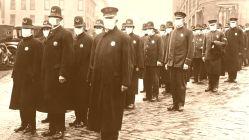 Polizisten in Seatle mit Masken im Dezember 1918