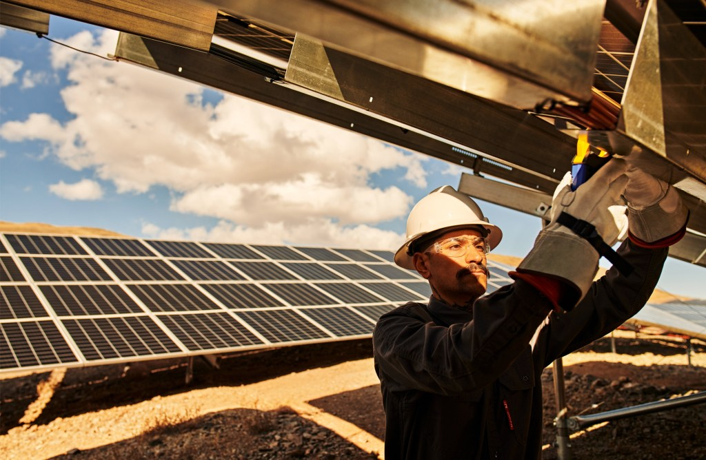 Apple_green-bonds-create-clean-power_team-member-working_031721-b171218b