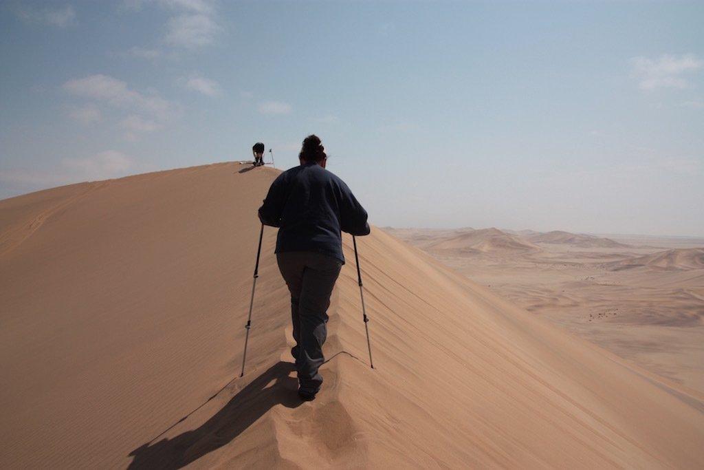 Aquí se ve como se ajustan los bastones para subir la duna. Modelo: Mercedes.