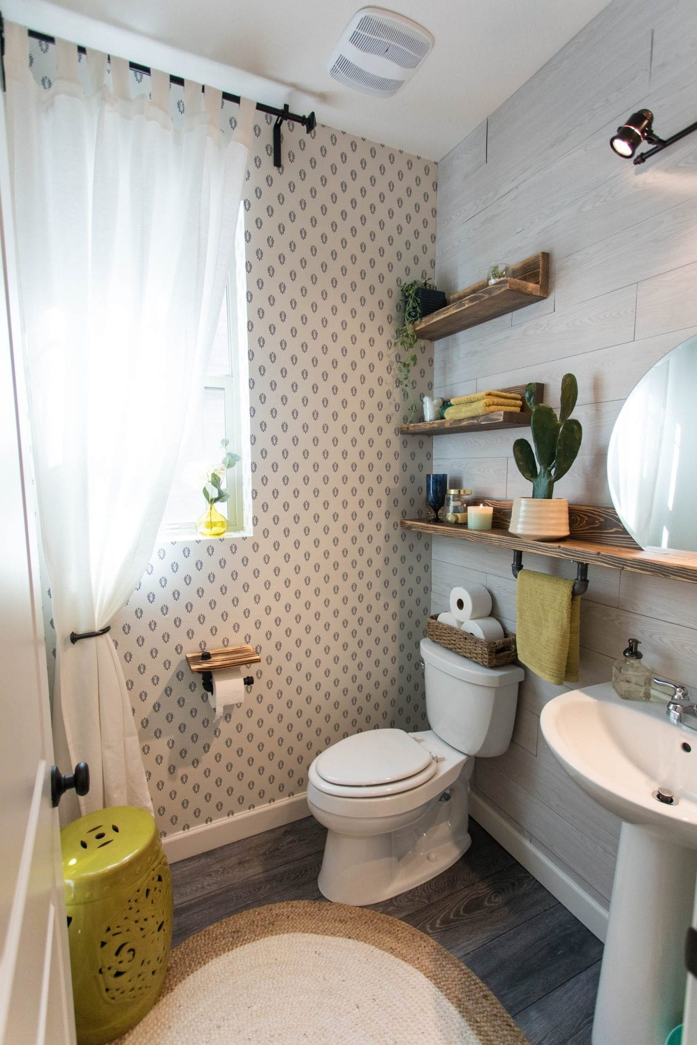 This Powder bath makeover gives you small powder bathroom ideas for transforming your space with elegant industrial powder bath decor | Never Skip Brunch by Cara Newhart #design #decor #interiordesign