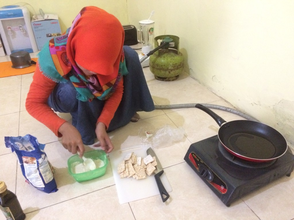 Yuni teaching me to make tempe goreng in my makeshift kitchen :)