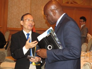Mr. Linkon Maynard speaks with a Taiwanese businessman.