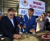 Belediye Başkanı Seçen, Aşure dağıttı