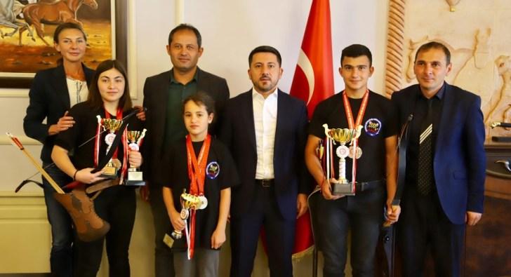 Başkan Arı, Atlı Okçuluk Türkiye Şampiyonasında dereceye giren sporcuları ağırladı