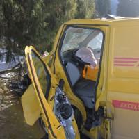 01-02-2014_oberallgau_rubi_dhl-transporter-prallt-gegen-baum_verletzt_liss_new-facts-eu20140201_0006