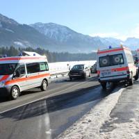 12-12-2013_b19_sonthofen_langenwang_unfall_krankenwagen_benlinew-facts-eu20131212_0011