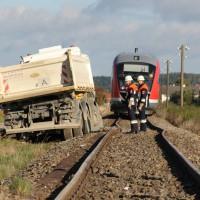 17-10-2013_unterallgau_nassenbeuren_bahnunfall_lkw_regionalbahn_feuerwehr_poeppel_new-facts-eu20131017_0055