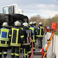 A8-Kreuz Ulm - Sattelzug umgekippt nach Kollision - Fahrer schwer verletzt