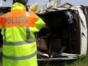 03-06-2014_b12-germaringen-pkw-transporter-unfall-baum-feuerwehr-bringezu_new-facts-eu_016