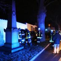 27-03-15_BY_Memmingen-Steinheim_Unfall_Pkw_Freidhof_Baum_Feuerwehr_Poeppel_new-facts-eu0013