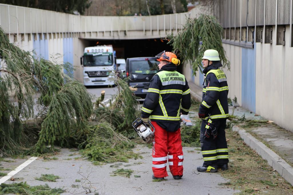 30-03-15_BY_Memmingen_Orkan_Unwetter_Feuerwehr_Poeppel_new-facts-eu0016