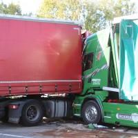 02-10-2015_B312_a7-Berkheim_Lkw-Unfall-drei-Sattelzuege_pkw_feuerwehr_Poeppel0004