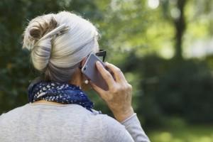 aeltere Frau mit Handy