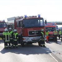 06-04-2016_A96_Holzguenz_Lkw_Pkw_schwerer-Unfall_Feuerwehr_Poeppel20160406_0015