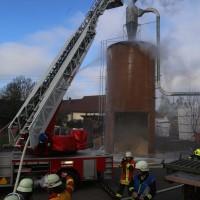 19-04-2016_Biberach_Gutenzell_Brand_Silo_Saegemehl_Feuerwehr_Poeppel20160419_0143