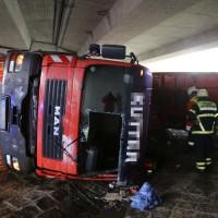 26-04-2016_Unterallgäu_Buxheim_Autobahnbruecke_Kipper_Unfall_Feuerwehr_Poeppel_0023