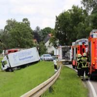 28-07-2016_B300_Heimertingen_Unfall_Lkw_Pkw_Schwerverletzt_Feuerwehr_Poeppel_0002