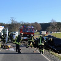 20161206_B465_Bad-Wurzach_Unterschwarzach_Unfall_Frontal_eingeklemmt_Transporter_Pkw_Feuerwehr_Poeppel_new-facts-eu_024