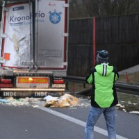 20161221_A96_Aitrach_Aichstetten_Lkw-Unfall_Ladung_Polizei_Poeppel_0047
