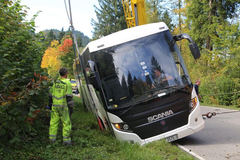 2017-09-27_Ostallgaeu_Fuessen_Reisebus-droht-zu-kippen_Bergung_Poeppel-0080
