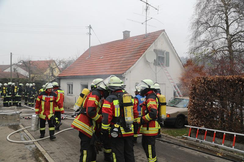 2017-11-17_Unterallgaeu_Wolfertschwenden_Zimmerbrand_Feuerwehr_Poeppel_0005