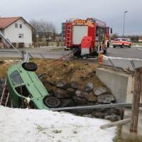 2017-12-27_Oberallgaeu_Durach_Miesenbach_Pkw-Bach_Unfall_Feuerwehr_Poeppel_0002
