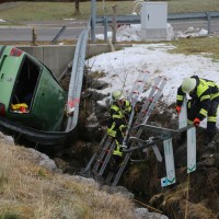 2017-12-27_Oberallgaeu_Durach_Miesenbach_Pkw-Bach_Unfall_Feuerwehr_Poeppel_0007