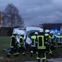 2018-01-19_Unterallgaeu_Erkheim_Guenz_Unfall_Lkw_Transporter_Feuerwehr_Poeppel_0004