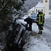 2018-02-12_Altmannsunfall_Pkw_Bach_Achneeglaette_Feuerwehr_Poeppel_0003