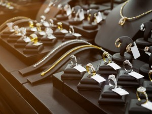 Gold schmuck gold juwelierjewelry diamond shop with rings and necklaces luxury retail store window display