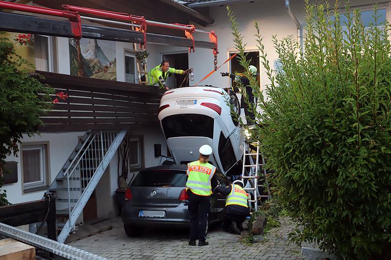 2018-09-16_Ostallgaeu_Stetten-Auerberg_Unfall_Pkw-Wohnhaus_Feuerwehr_00012