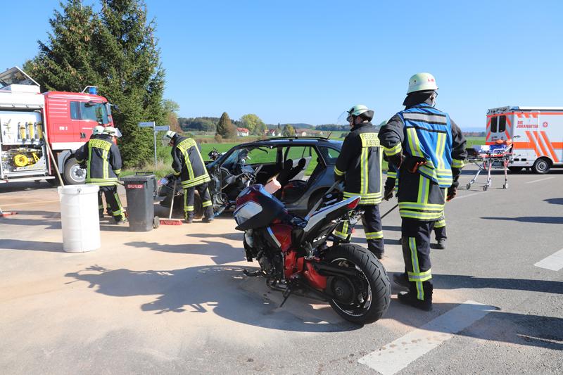 2018-10-13_Ravensburg_Kisslegg_Zaisenhofen_Motorradunfall_Feuerwehr20181013_0005