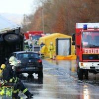 2019-12-10_B30_Ravensburg_Enzisreute_Baindt_Lkw-Unfall-Gefahrgut_Feuerwehr_PoeppelIMG_2437
