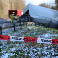 2019-12-10_B30_Ravensburg_Enzisreute_Baindt_Lkw-Unfall-Gefahrgut_Feuerwehr_PoeppelIMG_2510