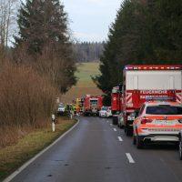2019-12-18_Unterallgaeu_Kirchhaslach_Unfall_Pkw-Baum_Feuerwehr_Poeppel_IMG_2848