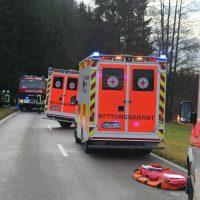 2019-12-18_Unterallgaeu_Kirchhaslach_Unfall_Pkw-Baum_Feuerwehr_Poeppel_IMG_2870