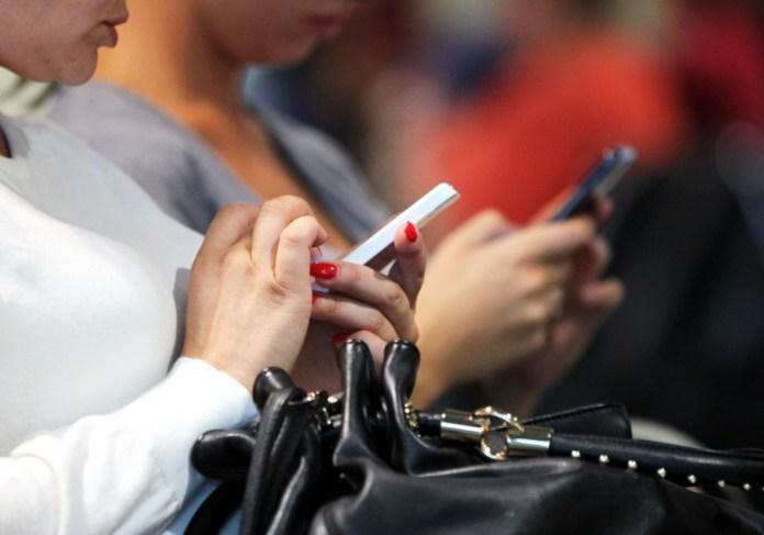 Smartphone-Nutzerinnen, über dts Nachrichtenagentur