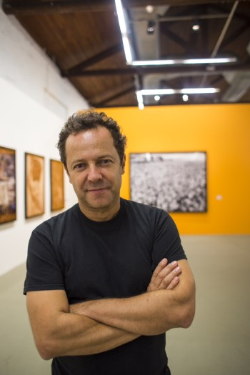 Artist Vik Muniz at his current retrospective at the Vale Museum/Photo: Alex Gouvea