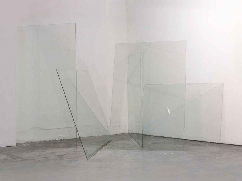 Palíndromo, 2016 Plates of glass supporting each other, variable dimensions