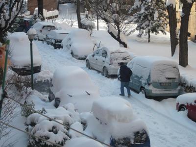 umarell che cammina sotto la neve