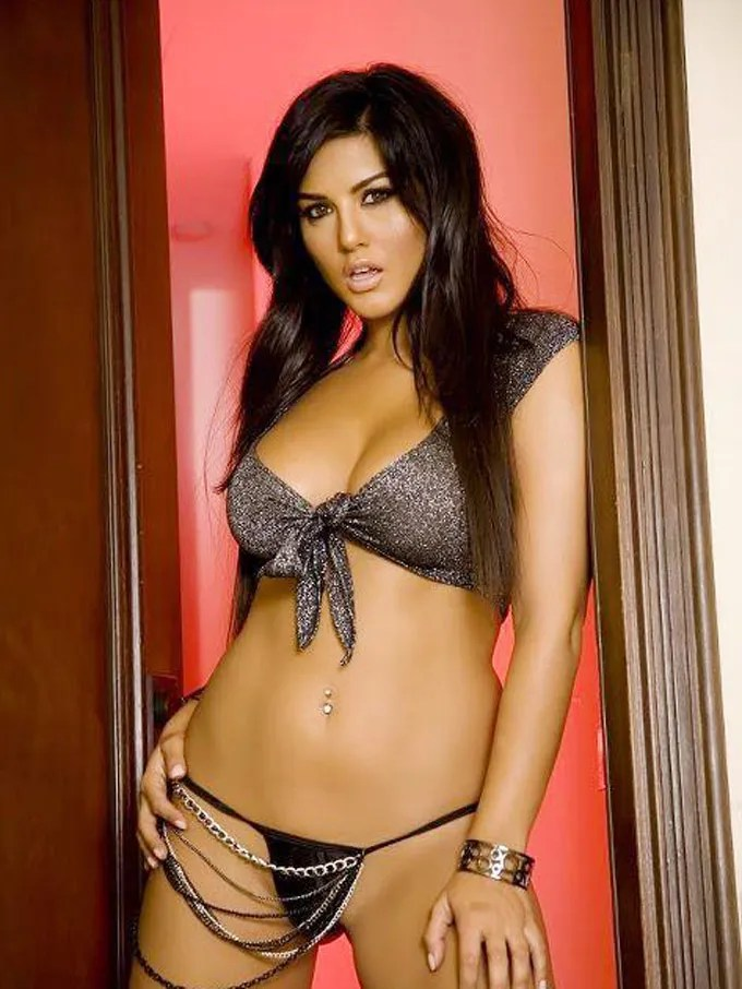 Bollywood-Burning-Actress-Sunny-Leone-Bikini-Photo-Collections-15