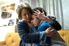 """Carrie Coon und Elisha Henig in der zweiten Staffel """"The Sinner"""" (Foto: Netflix)"""