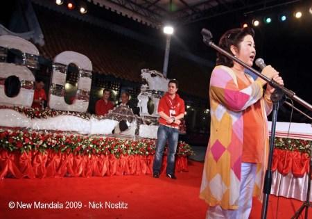 18 mangkon luang yaowapa on stage