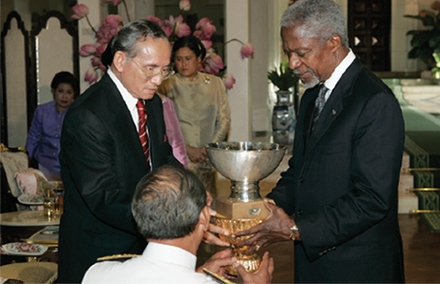King Bhumipol receives the he United Nations Human Development Lifetime Achievement Award from former UN Secretary-Geneal Kofi Annan in 2006.