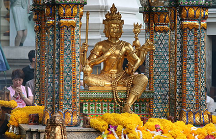 The Erawan shrine, scene of Monday's deadly attack, in more peaceful times. Photo from Wikimedia commons.