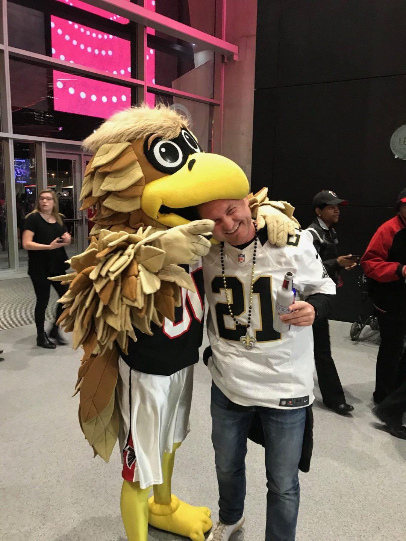 Atlanta Falcons maskot var ikke særlig rar overfor Saints fans på Thanksgiving.