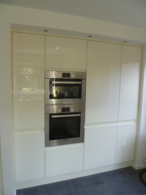 Bosch oven and microwave in handleless gloss kitchen