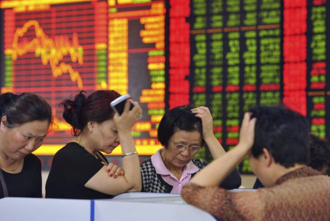 Chinese stock investors react as prices fall in Fuyang in central China. May 28, 2015. (Chinatopix Via AP)