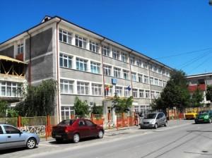 """Trei elevi de la Liceul Economic """"Vasile Conta"""" din Tîrgu Neamț vor intra la liceu cu media de admitere 10"""