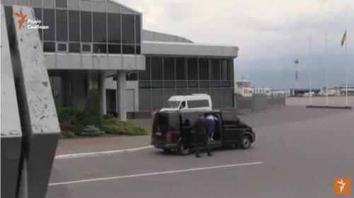 Мама Савченко села в машину
